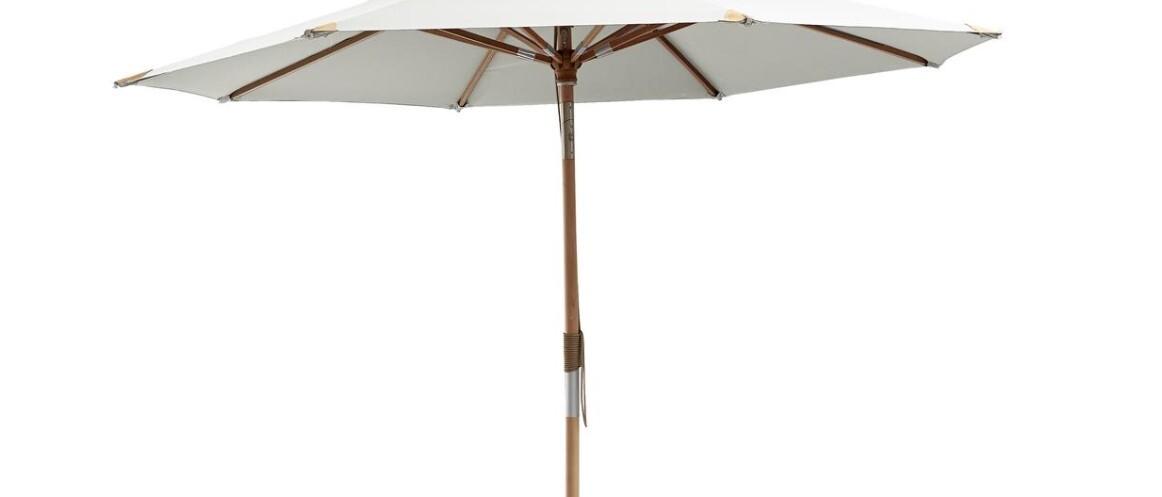 En klassisk hvid parasol, som med garanti vil pynte på terrassen.
