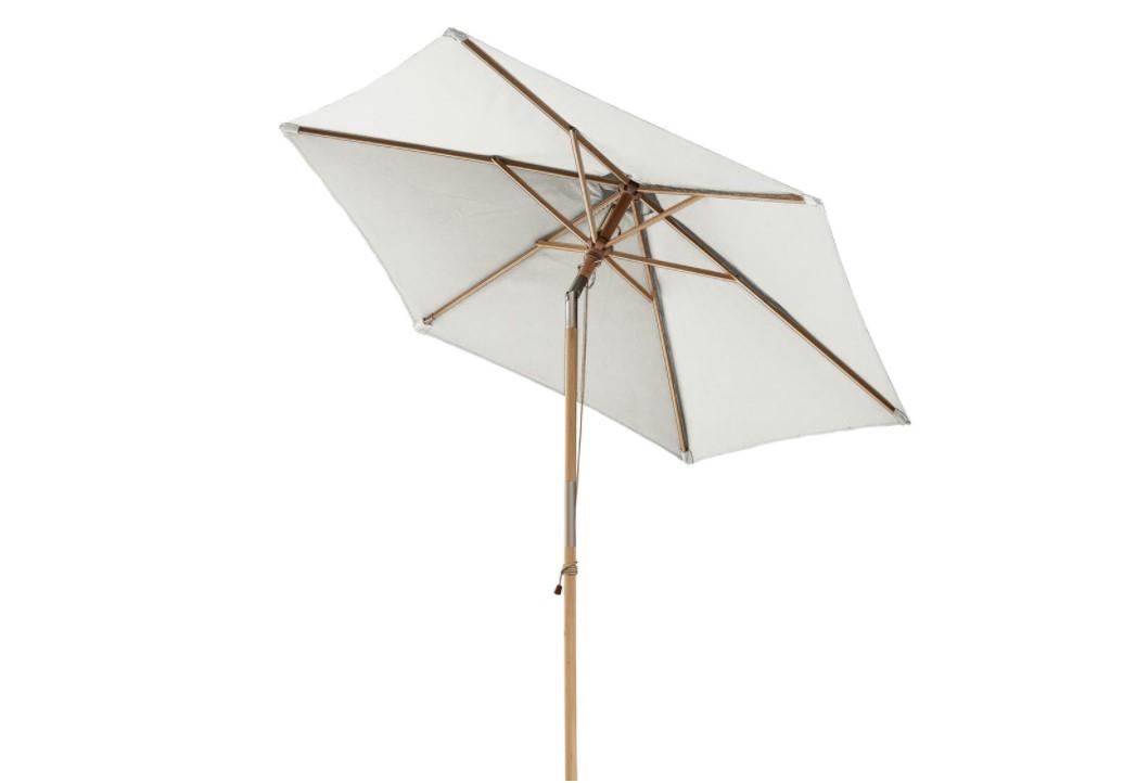 En klassisk cremehvid parasol med tilt.